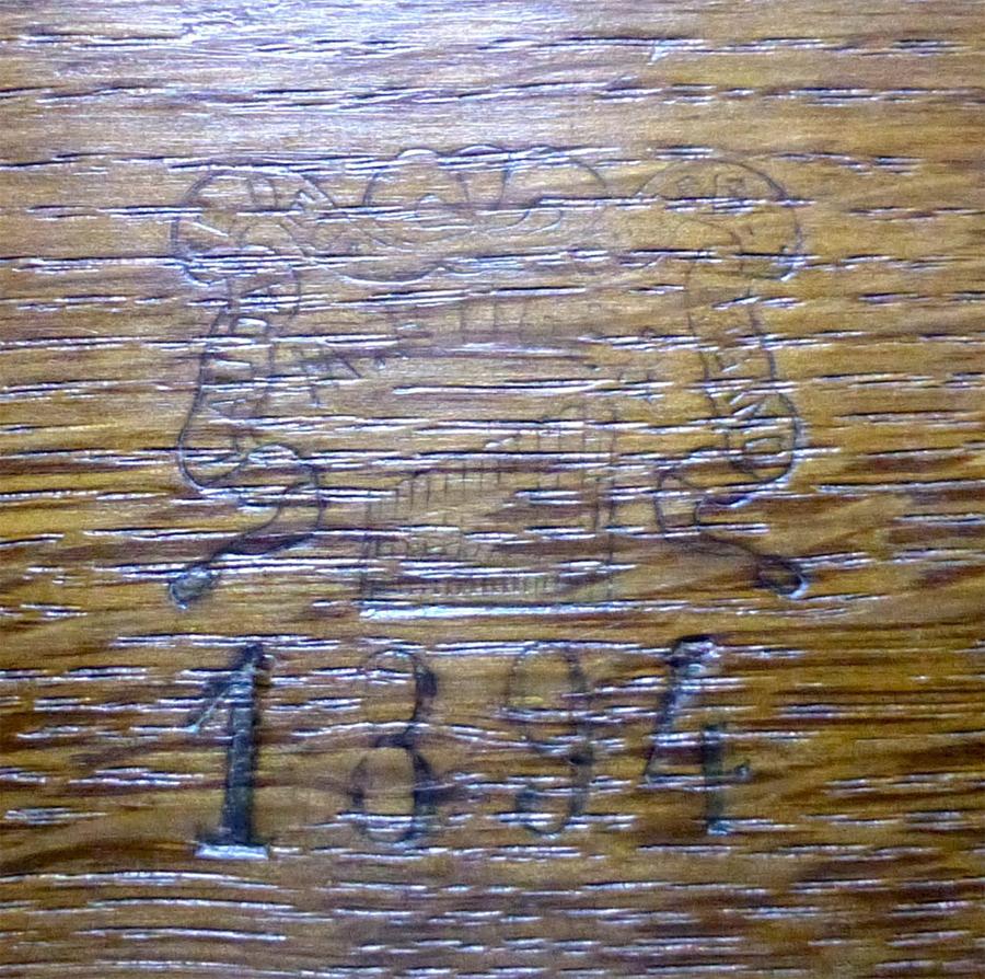 Tampon du facteur d'orgues Roger découvert sur la machine Barker après restauration
