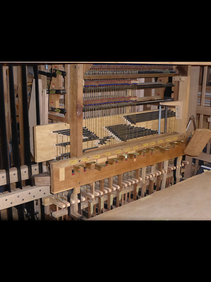 mécanique du pédalier en cours de montage (en cuivre: les cuillères actionnées par l'organiste et permettant d'actionner différentes mécaniques)