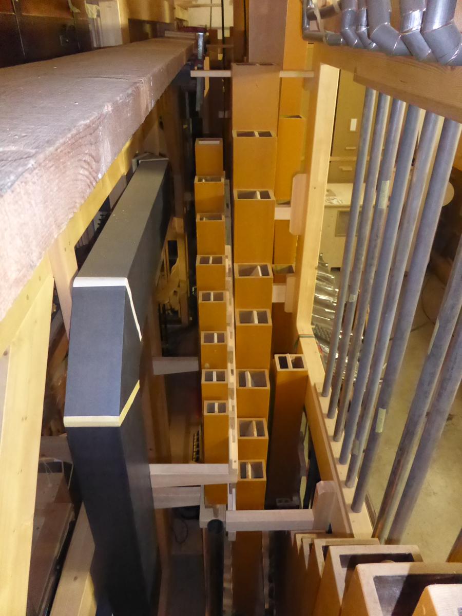 vue intérieure de l'orgue: vue générale de la mécanique (transmission du mouvement des claviers vers les sommiers)