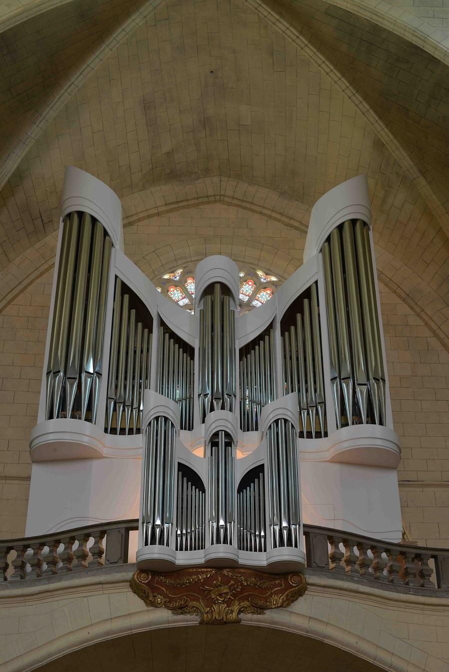 l'orgue libéré de l'échafaudage apparaît dans tout son élan